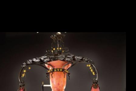 Jules CAYETTE       :  Lustre en fer forgé martelé à motif feuillagé présentant trois bras de lumière arqués